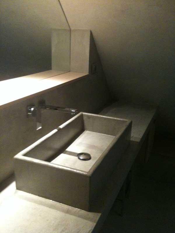 bagno in resina microcemento moderno pavimento rivestimento lavabo squadrato