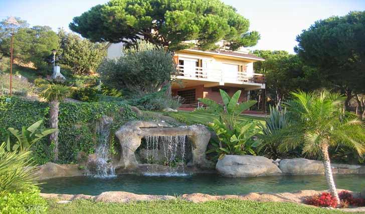 Piscina laghetto, piscina in roccia artificiale, piscina effetto